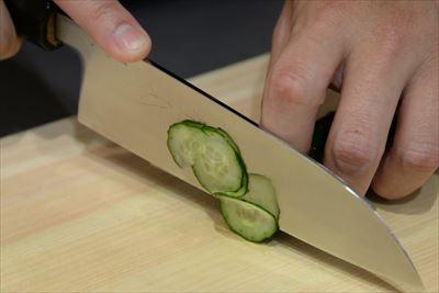 野菜もお肉もサクサク切れちゃう! 工場で製造される包丁は1日100本以上なのに対して、職人が手掛けるものは1日10本ほど。丁寧な手仕事を感じて。