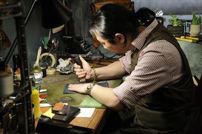 ストアに常駐するレザークラフツマン・後藤優太氏は、ニーズに合わせてフルオーダーも受け付けている。革の色や種類も選択できる。