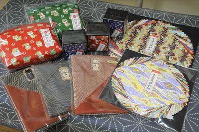 鮮やかな絵柄の折紙や、シックな印象の手作り巾着など、日本人のみならず外国人旅行客からも好評を博す和柄グッズ。贈り物にもおすすめ。