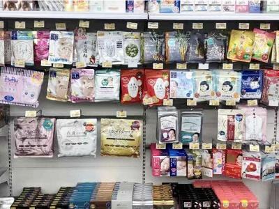 フェイスマスク100円~や芸能人プ ロデュースのカラーコンタクト1600円 ~、日本の医薬品1382円~など充実。