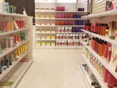 4階では、他では手に入りにくい美容サロン専売品や美顔器を用意。