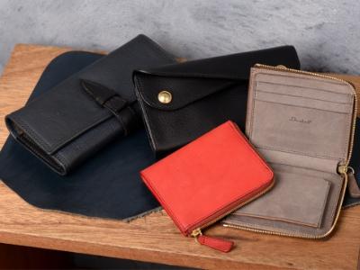 多様なデザインの財布も人気を集める。革そのものの美しさを存分に感じるシンプルなものから、デザイン性の高いものまで多数あり。