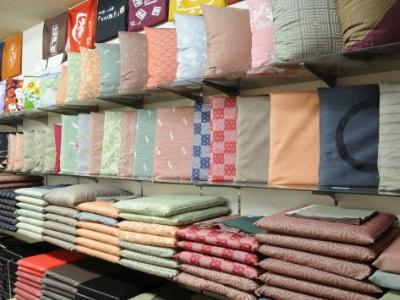 業務用の座布団を中心に、家庭用座布団から冠婚葬祭用までお任せ。シンプルなものから珍しいものまで、バラエティ豊かに取り揃える。