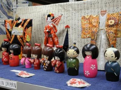 表情や着物の絵柄など、さまざまな種類があるこけし2500円~は隠れた人気商品。おみやげとして座布団と一緒にプレゼントするのもおすすめ。