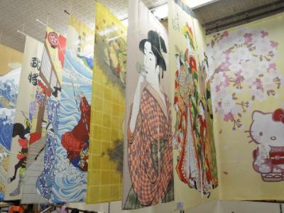 部屋を彩ってくれる暖簾は2600円~用意。浮世絵や招き猫など、日本らしいテイストのものが多く揃っている。キャラクターものも人気を集める。