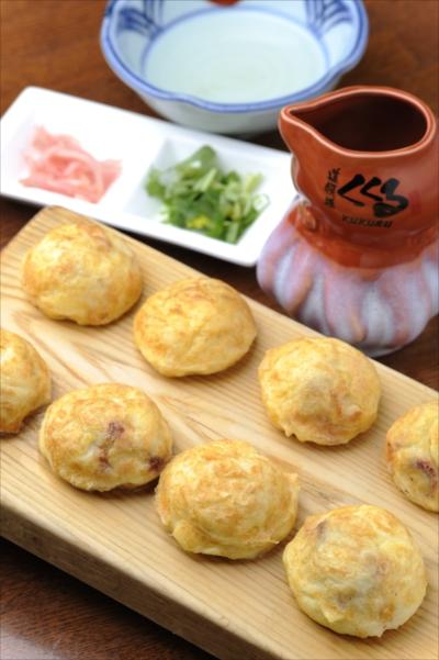 ふわふわの明石焼790円は、カツオや昆布の 旨みたっぷりの特製だしと味わって。