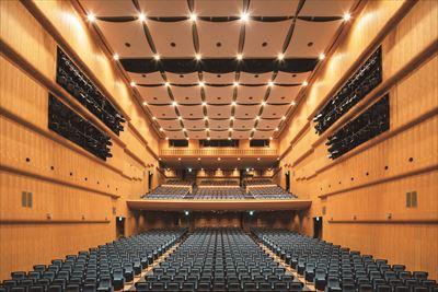 全席指定の客席。快適に公演が楽しめる広々としたシートで、長時間座り続けても疲れ知らず!2時間以上のステージも集中できる。