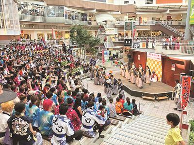 週末 は音楽イベントや大道芸など、楽しい催 しを開催している。