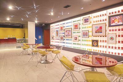 顔料をイメージした、16色のカラフルな瓶が壁一面に並ぶおしゃれなカフェ。大阪湾を望む美しい眺望や夜景が楽しめる