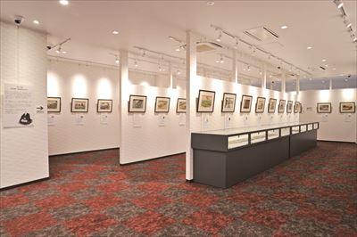 館内の展示の様子。 仕切りがないため、ずらりと並ぶ浮世絵版画の名作を間近でじっくりと鑑賞できる