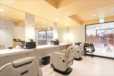 サロンスペース 2階のサロンスペースでは、ネイルやエステなどの施術も受けられる