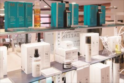 2階のサロンでは「N.」や「モロッカンオイル」などのサロン専売品も購入可能。