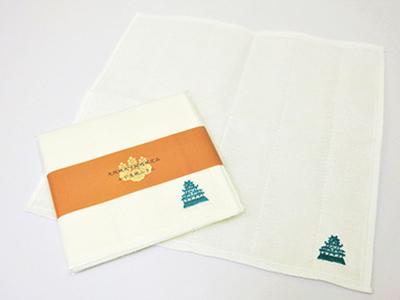 大阪城の刺繍が施された城刺繍ふきん550円は、シンプルで使いやすい。