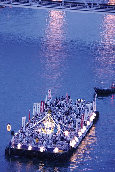 7月25日の本宮の夜は、大川(旧淀川)に多くの船が行き交う船渡御(ふなとぎょ)が行われ、奉納花火があがる。
