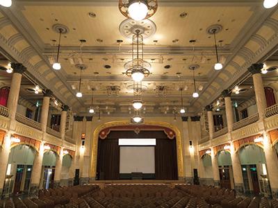 クラシカルな内装の大集会室ではコンサートなども開かれる。