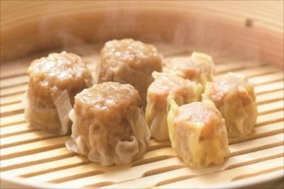 レストランでは、ジューシーな焼売は2個200円。豚まんに次ぐ人気メニューで、オーソドックスなもののほか、エビ焼売4個300円もある。