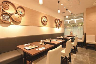 調理場が見える店内では、海鮮焼そば990円や酸辣湯麺920円などの本格的な中華料理をゆったりと味わうことができる。
