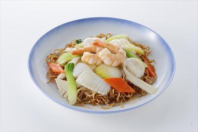エビやホタテ、イカなどの海鮮たっぷりのあんを、自社製の蒸し焼麺にかけて食べる海鮮焼そば。551の定番メニュー。