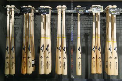 木製バットの品揃えも自慢の一つ。プロ野球選手のバットも担当する名クラフトマンが手がけた商品など、貴重なバットがずらり。