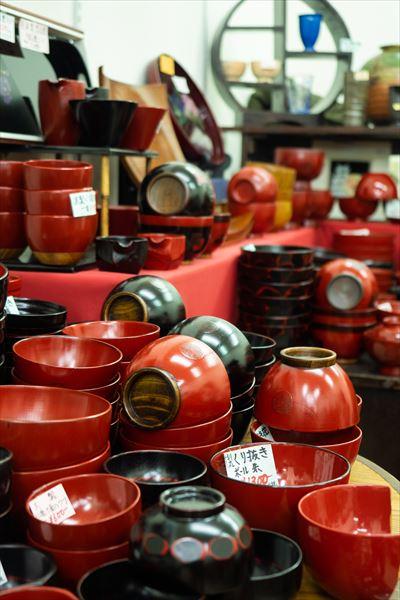 9号館地下1階「GIVE」には、漆塗りの食器1100円~など、日本の美術工芸品が充実。普段使いのものからおもてなしのものまで豊富。