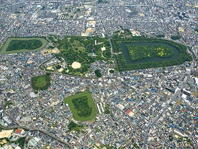 仁徳天皇陵古墳の周りには大小44基の古墳が点在し「百舌鳥古墳群」を構成している。