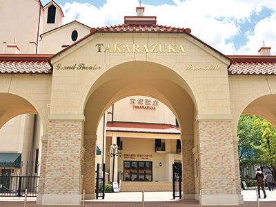 劇場にはレストランやカフェなども併設している。 (写真C:宝塚歌劇団)